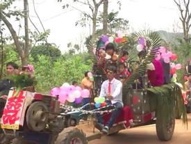 Màn rước dâu bằng 5 xe công nông của cặp đôi lệch nhau 10 tuổi ở Thanh Hóa