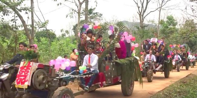 Màn rước dâu bằng 5 xe còng còng của cặp đôi lệch nhau 10 tuổi ở Thanh Hóa - Ảnh 2.