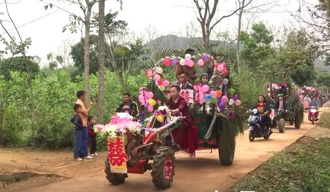 Màn rước dâu bằng 5 xe còng còng của cặp đôi lệch nhau 10 tuổi ở Thanh Hóa - Ảnh 3.