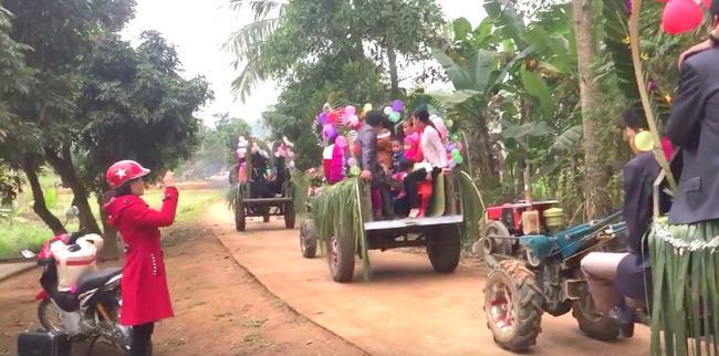 Màn rước dâu bằng 5 xe còng còng của cặp đôi lệch nhau 10 tuổi ở Thanh Hóa - Ảnh 6.