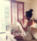 Người đẹp không quên tỉa tút nhan sắc sau khi tắm táp sạch sẽ và quấn khăn bao bọc cơ thể gợi cảm.