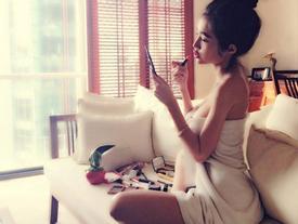 'Thót tim' vì ảnh Thuỷ Tiên, Elly Trần trong phòng tắm