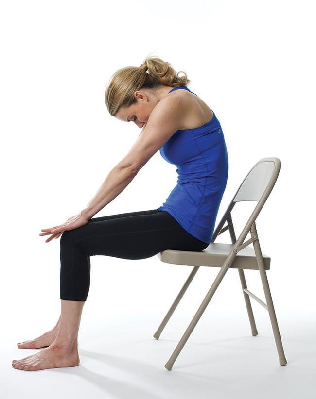 Giảm stress ngay tức khắc với bài tập yoga trên ghế này - Ảnh 2.