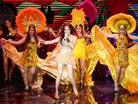 Hương Giang mang lễ hội Carnaval lên sân khấu 'quật ngã' team Yến Lê - Yanbi