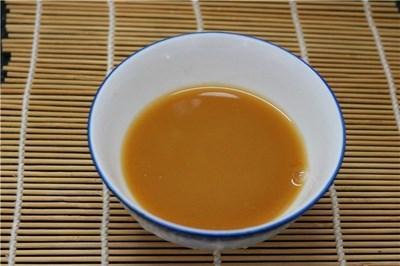 – Đun nóng dầu ăn trong chảo, cho đậu phụ vào chiên chín vàng đều.