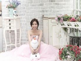 Cô dâu ung thư giai đoạn cuối tự chụp ảnh cưới một mình gây xúc động