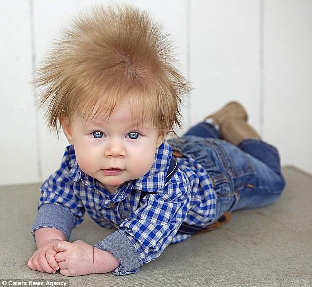 Mái tóc sét đánh bẩm sinh của bé trai đáng yêu - Ảnh 2.
