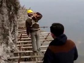 Clip: Cận cảnh xây dựng cầu kính tại Trung Quốc nơi công nhân đánh đu trên độ cao 1.700m