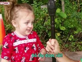 Đáng yêu quá đi, cô bé tưởng bố... lấy mất mũi của mình!