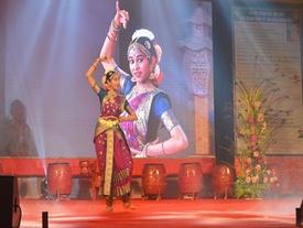 Con gái đại sứ Ấn Độ múa tại lễ hội ở Đà Nẵng