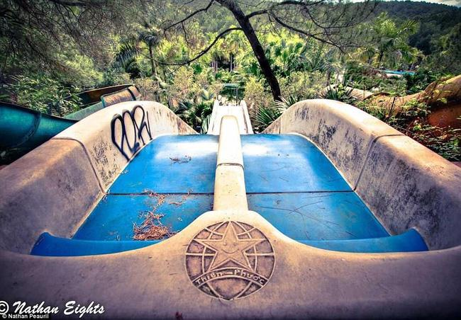 Công viên nước bỏ hoang tại Việt Nam rùng rợn và ma mị qua ống kính phóng viên Úc - Ảnh 2.