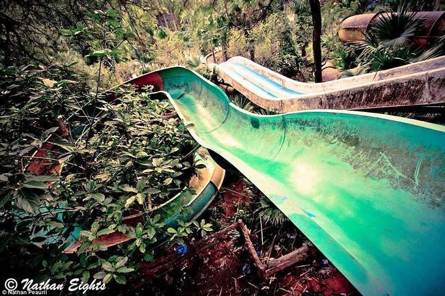 Công viên nước bỏ hoang tại Việt Nam rùng rợn và ma mị qua ống kính phóng viên Úc - Ảnh 4.