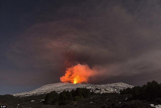 Nhóm phóng viên BBC bỏ chạy tán loạn khi chứng kiến núi lửa phun trào ngay trước mặt - Ảnh 7.