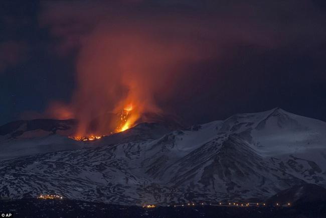 Nhóm phóng viên BBC bỏ chạy tán loạn khi chứng kiến núi lửa phun trào ngay trước mặt - Ảnh 6.