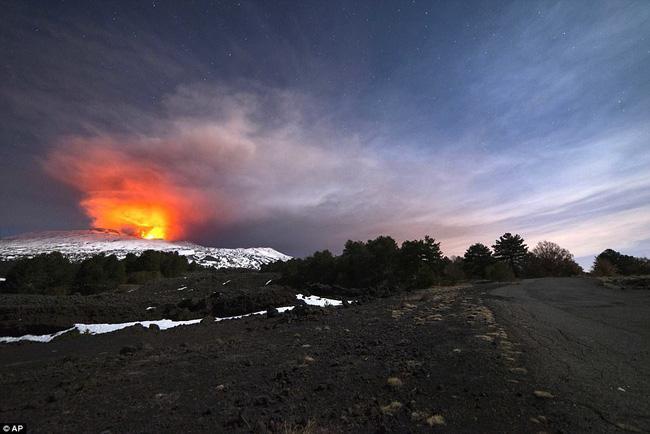 Nhóm phóng viên BBC bỏ chạy tán loạn khi chứng kiến núi lửa phun trào ngay trước mặt - Ảnh 4.