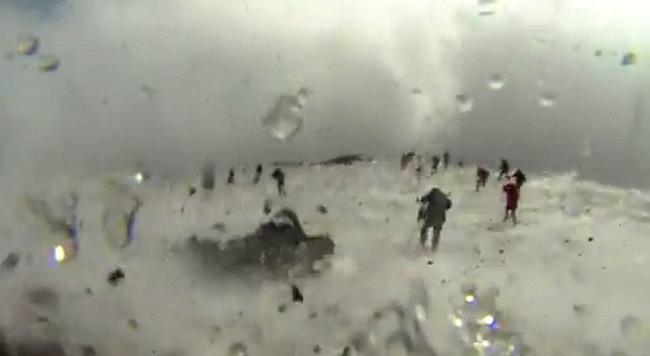 Nhóm phóng viên BBC bỏ chạy tán loạn khi chứng kiến núi lửa phun trào ngay trước mặt - Ảnh 2.