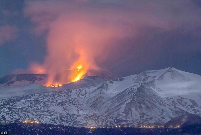 Nhóm phóng viên BBC bỏ chạy tán loạn khi chứng kiến núi lửa phun trào ngay trước mặt - Ảnh 3.