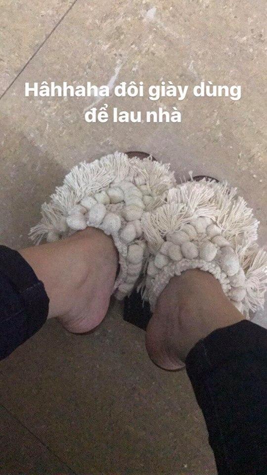 Vừa qua, Hồ Ngọc Hà cũng khiến nhiều người bất ngờ khi lăng xê đôi sandal tua rua bị nhận xét giống như chổi lau nhà. Trong khi đó, nữ ca sĩ vô cùng thích thú khi cho rằng đôi giày này mang ấm chân, giá lại rẻ.