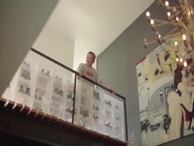 """Clip hot: """"Tay chơi"""" sneaker đỉnh nhất thế giới hóa ra đã đáng tuổi ông của bạn!"""