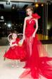 Tối 15/3, Elly Trần xuất hiện xinh đẹp gây nhiều sự chú ý. Cô diện một chiếc đầm đuôi cá màu đỏ đầy nổi bật của nhà thiết kế Phạm Đăng Anh Thư.