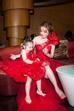 Elly dẫn theo cô con gái thiên thần Cadie Mộc Trà. Ngay khi xuất hiện, Cadie và mẹ Elly đã thu hút ống kính với trang phục đôi nổi bật.