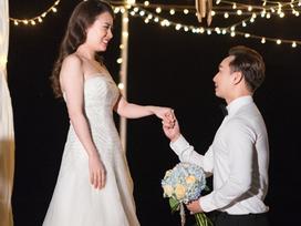 Thành Trung 'mang' 7 bà giúp việc ra bờ biển cầu hôn bạn gái Ngọc Hương