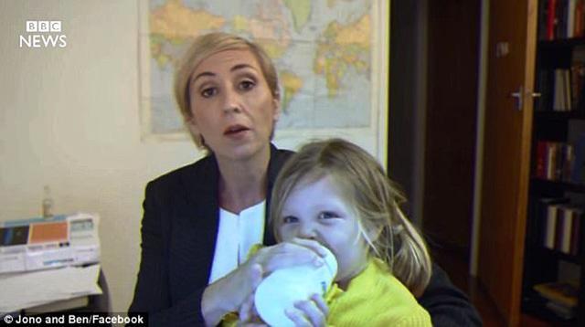"""Hình ảnh bà mẹ """"bá đạo"""" xử lý khi con chen ngang cuộc phỏng vấn trực tiếp (nguồn:Internet)."""