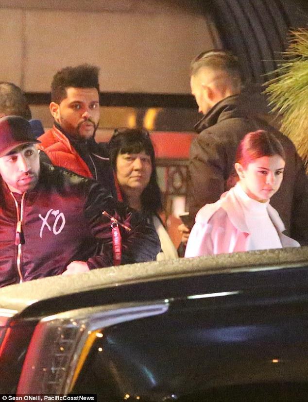 Selena Gomez xinh đẹp lộng lẫy đi hẹn hò đêm khuya với The Weeknd - Ảnh 2.