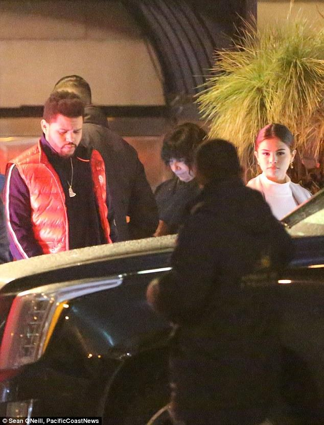Selena Gomez xinh đẹp lộng lẫy đi hẹn hò đêm khuya với The Weeknd - Ảnh 1.
