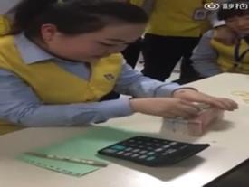 Video: 'Há hốc mồm' với cô gái đếm tiền 'nhanh như gió'