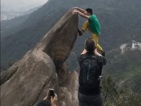 Video: Mải tạo dáng chụp ảnh, chàng trai rơi xuống vách núi khiến triệu người thót tim