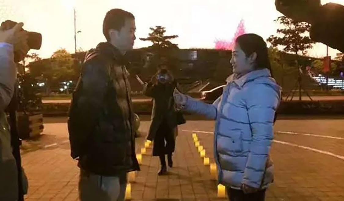 Màn cầu hôn cực tốn kém: Cô gái thuê 900 chiếc taxi cầu hôn với bạn trai
