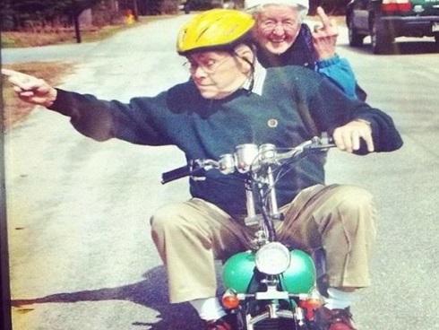 Nhìn các cặp vợ chồng này đi, bạn sẽ không bao giờ nghĩ mình quá già để 'xì-tin'