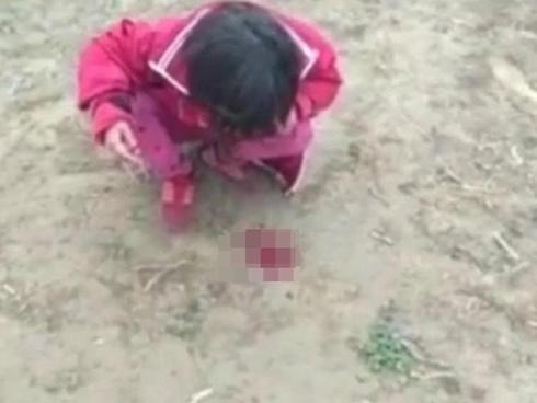 Video: Mẹ quất roi liên tiếp khiến con túa máu, ai xem cũng bức xúc