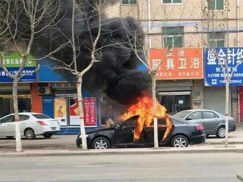 Trung Quốc: 2 đứa trẻ bị bỏ lại trong xe dùng bật lửa thiêu rụi cả chiếc Audi A6