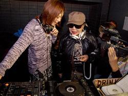 'Thánh quẩy' tuổi 80 được yêu thích hơn cả những nữ DJ bốc lửa