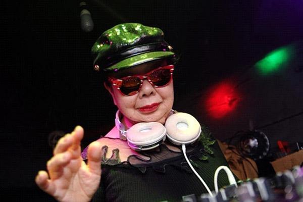 """""""Thánh quẩy"""" tuổi 80 được yêu thích hơn cả những nữ DJ bốc lửa"""
