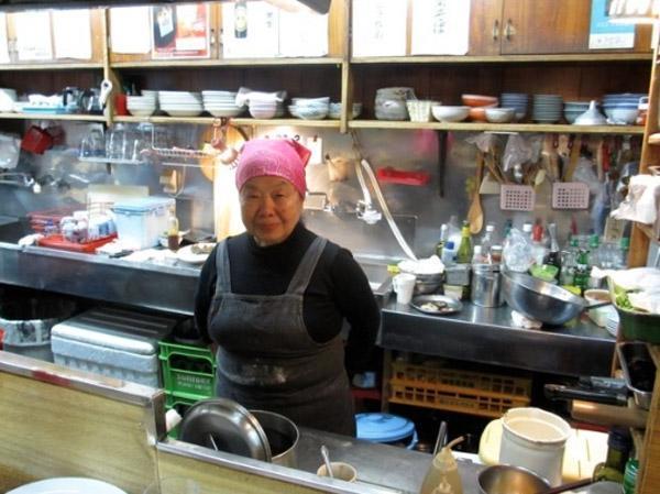 Ban ngày, bà Junko làm việc như những phụ nữ truyền thống khác tại một cửa hàng bánh bao của vợ chồng người em trai.