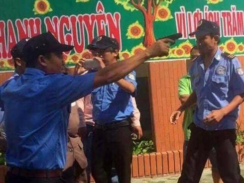 Nhóm bảo vệ chĩa súng, còng tay chủ trường giữa sân trường