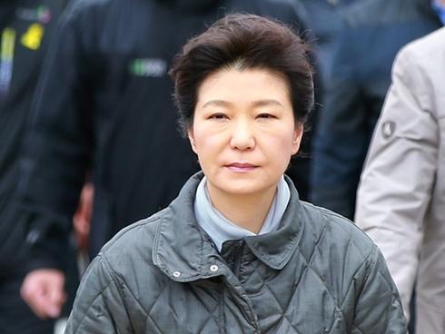Phà Sewol được kéo lên và sự sụp đổ của Tổng thống Park