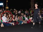 Dàn mẫu nhí tự tin sải bước catwalk trên sân khấu tối om