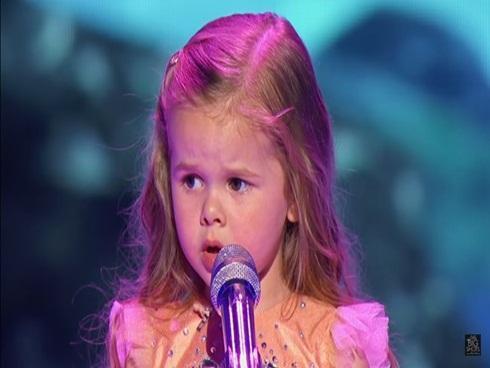 Cô bé hát nhạc phim 'Nàng tiên cá' khiến khán giả không ngừng vỗ tay