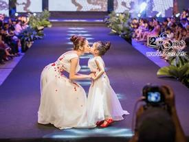 Bảo Anh bất ngờ hôn 'bản sao nhí' ngay trên sân khấu thời trang
