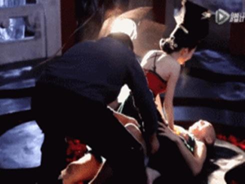 Nữ diễn viên đóng cảnh nóng suýt bị... rách cơ đùi