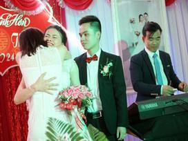Trong 10s cô dâu ôm em gái khóc, chú rể lại có loạt biểu cảm dễ thương như thế này đây!