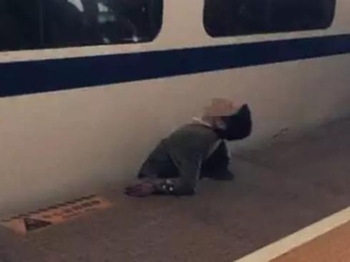Video: Kinh hãi đột nhiên băng qua đường sắt khiến một nửa cơ thể bị nghiền nát