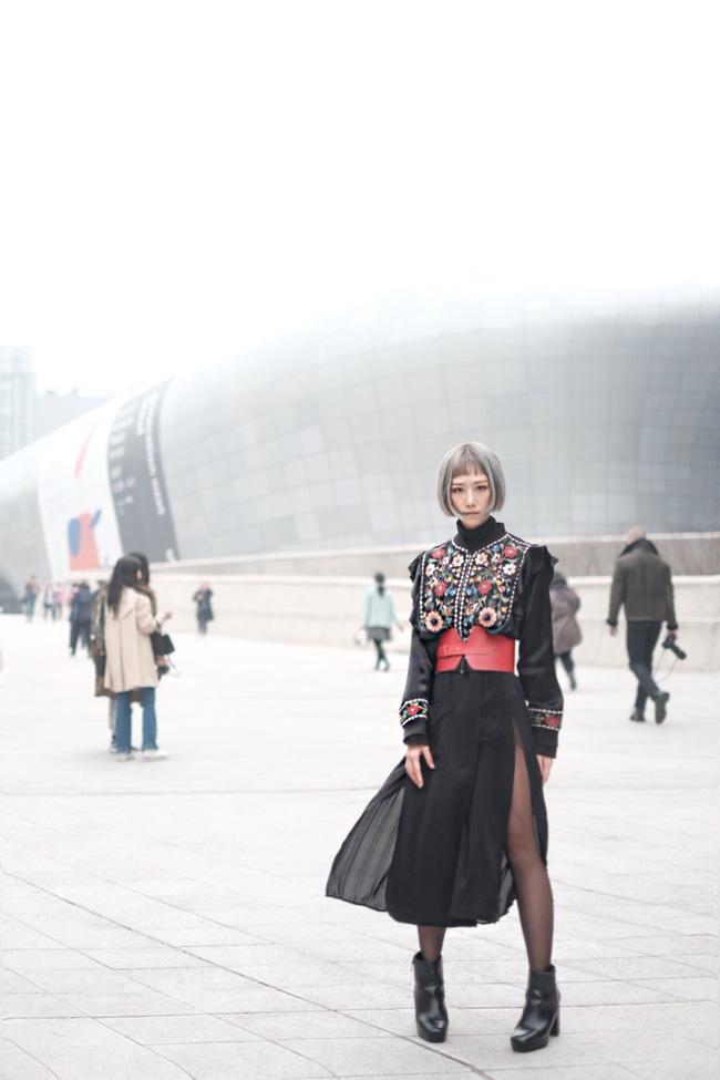 Min với cây đồ đen cài corset, chào sân Seoul Fashion Week từ sáng sớm - Ảnh 6.