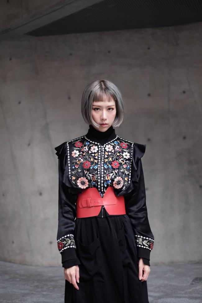 Min với cây đồ đen cài corset, chào sân Seoul Fashion Week từ sáng sớm - Ảnh 1.