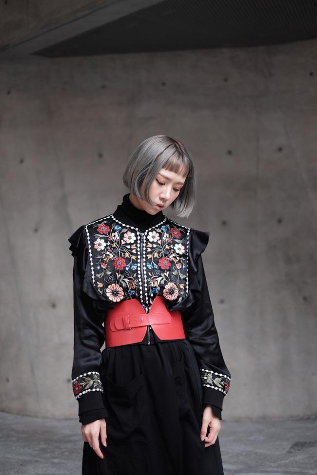 Min với cây đồ đen cài corset, chào sân Seoul Fashion Week từ sáng sớm - Ảnh 3.