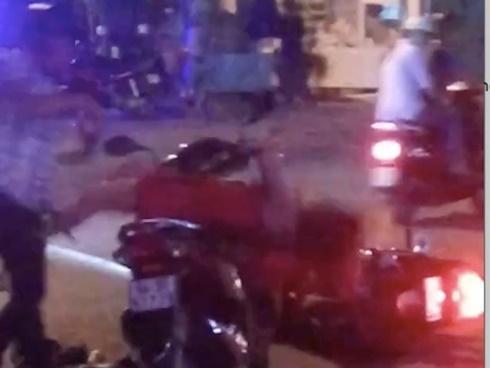 Nam thanh niên đánh bạn gái giữa đường ở miền Tây